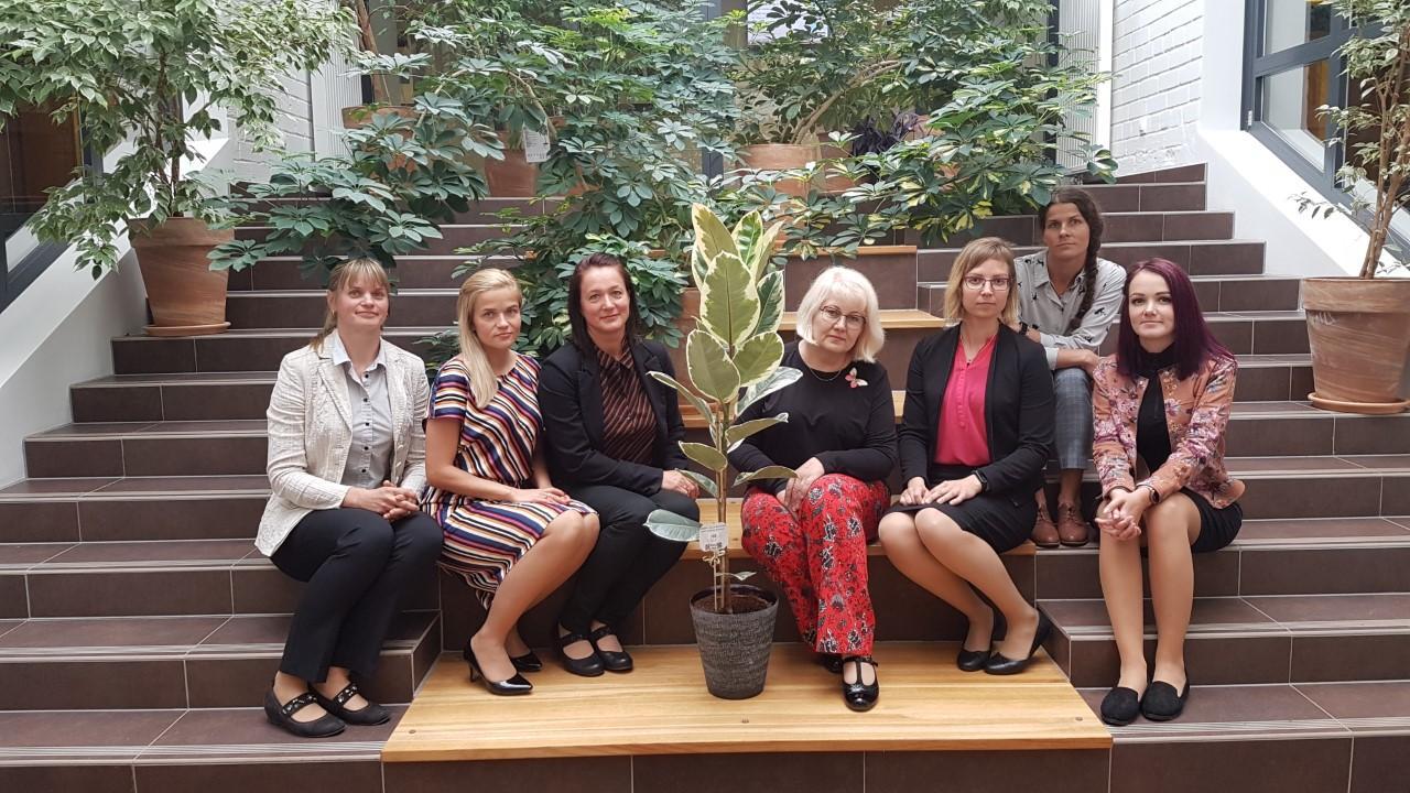 Bürootöötajad eriala lõpetajad 2020 koos valdkonna juhtõpetajaga